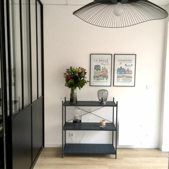 Aménagement complet d'une étude notariale, bureaux/assises Arper, luminaires Forestier, stickers Poetic Wall, meuble Tolix