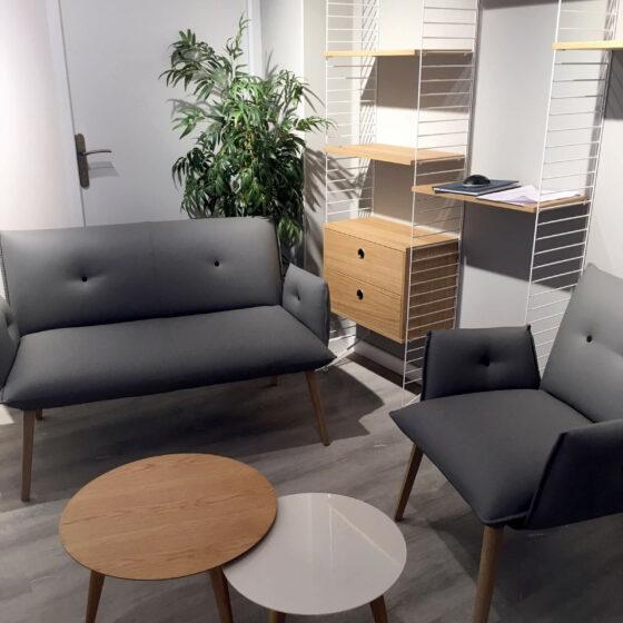 Aménagement d'un espace accueil dans une agence de pompes funèbre avec les fauteuils Mobitec, la bibliothèque String et les tables basses Ondarreta